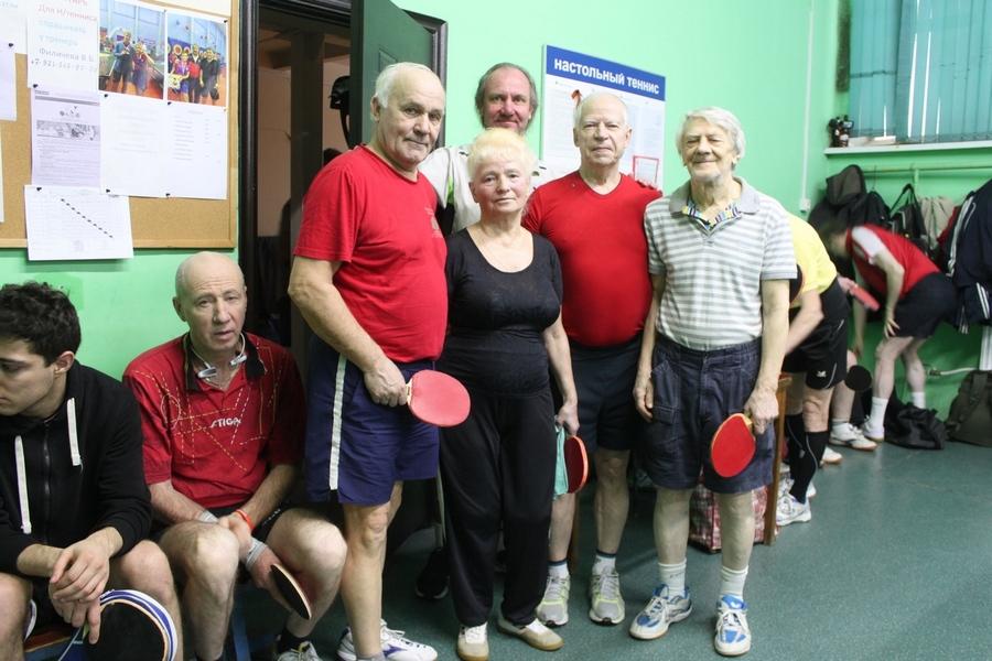 Девки голиком в теннисе, две женщины и мужчина онлайн видео